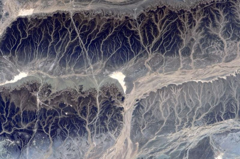 Branching rivers and tributaries split like fractals