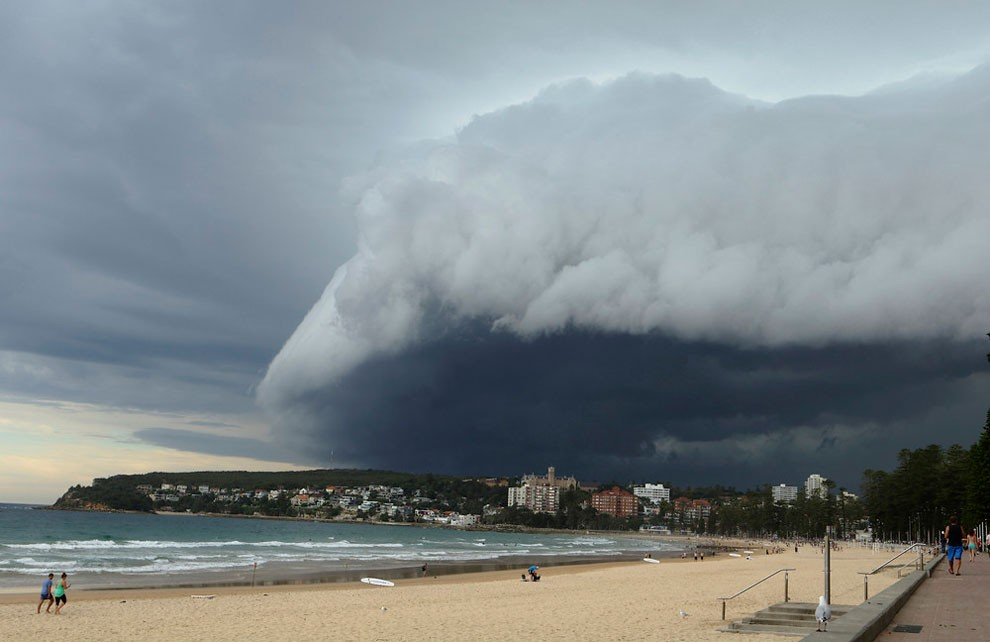 Wave-like cloud looms over Sydney's Manly Beach